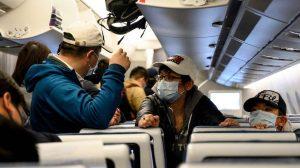 Chineses usam máscaras na chegada de voo em aeroporto de Xangai (foto: NOEL CELIS/AFP )