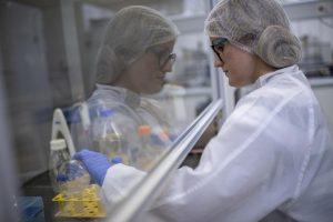 Testes de coronavírus na Universidade Federal do Rio de Janeiro  Foto: Mauro Pimentel / AFP