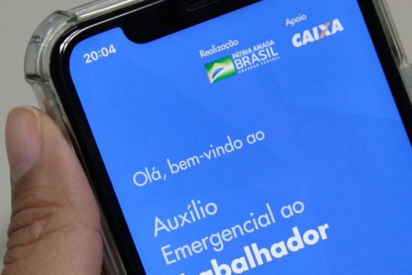 Auxílio emergencial pode ser pedido no aplicativo da Caixa  Foto: Marcello Casal Jr / Agência Brasil
